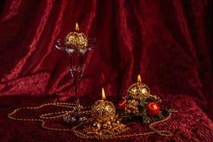 Julstilleben med sfäriska stearinljus på Bourgognebakgrund Arkivbilder