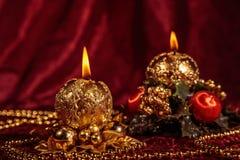 Julstilleben med sfäriska stearinljus på Bourgognebakgrund Royaltyfri Foto