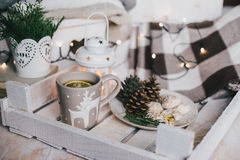 Julstilleben med te, ljus, kottar och kakor arkivfoto