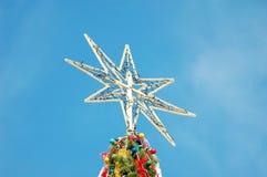 Julstjärna på det stora trädet Royaltyfri Fotografi