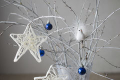 Julstjärna som hänger på filialen Arkivbild