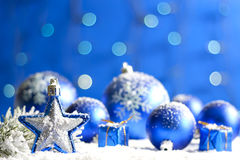 Julstjärnacloseup och baubles Royaltyfria Bilder