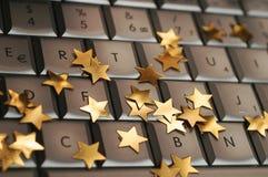 Julstjärnor på datortangentbordet Arkivbilder