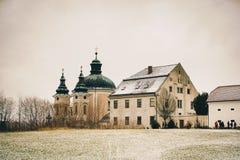 Julstolpe - kontor Christkindl Postamt och Cathloic kyrka in fotografering för bildbyråer