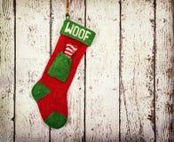 Julstrumpa för en hund mot tappningträ Royaltyfria Bilder
