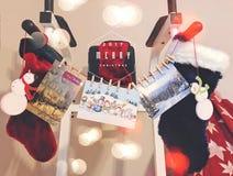 Julstrumpasockor och kort arkivbild