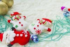 Julstruntsak på vit päls och färgrika ljus Arkivbild
