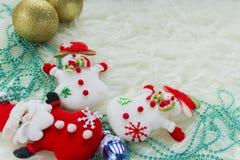 Julstruntsak på vit päls och färgrika ljus Royaltyfri Fotografi