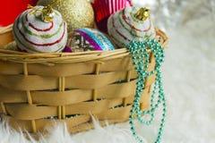 Julstruntsak på vit päls och färgrika ljus Fotografering för Bildbyråer