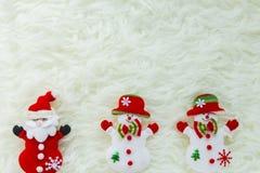 Julstruntsak på vit päls och färgrika ljus Royaltyfri Bild