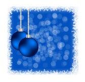 Julstruntsaker i djupfryst ram med Bokeh på blått Arkivfoto