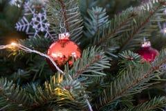 Julstruntsaker på ett julträd Arkivbild