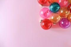 Julstruntsaker på rosa bakgrund Royaltyfri Fotografi