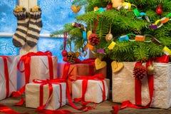 Julstuga mycket av gåvor Arkivbilder