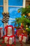 Julstuga mycket av gåvor Royaltyfria Foton