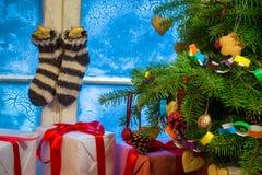 Julstuga mycket av gåvor Arkivfoto