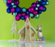 Julstuga under en bollgirland Arkivfoton