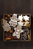Julsymboler i en träask på den mörka trätabellen, lodlinje Royaltyfria Bilder