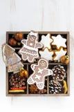 Julsymboler i en träask på den vita tabellen, bästa sikt Fotografering för Bildbyråer