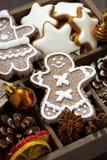 Julsymboler och kakor i en träask, bästa sikt Fotografering för Bildbyråer
