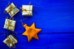 Julsymboler och trädgarneringar liksom askar av gåvor Arkivfoton