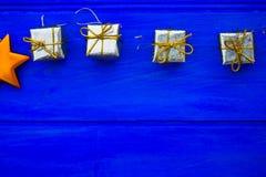 Julsymboler och trädgarneringar liksom askar av gåvor Arkivbilder