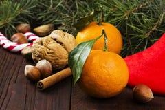 Julsymboler - strumpa, gran-träd, tangerin, godisrotting, Arkivbild