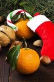 Julsymboler - strumpa, gran-träd, tangerin, godisrotting, Arkivbilder