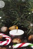 Julsymboler - strumpa, stearinljus, gran-träd, godisrotting, cin Royaltyfri Fotografi