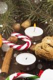 Julsymboler - strumpa, stearinljus, gran-träd, godisrotting, cin Arkivfoto