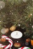 Julsymboler - strumpa, stearinljus, gran-träd, godisrotting, cin Royaltyfri Foto