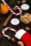 Julsymboler - strumpan, stearinljus, gran-trädet, tangerin, kan Royaltyfria Bilder