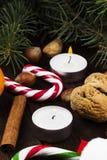 Julsymboler - strumpan, stearinljus, gran-trädet, tangerin, kan Arkivbilder