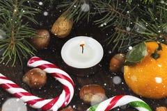 Julsymboler - strumpan, stearinljus, gran-trädet, tangerin, kan Royaltyfria Foton