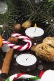 Julsymboler - strumpan, stearinljus, gran-trädet, tangerin, kan Royaltyfri Foto