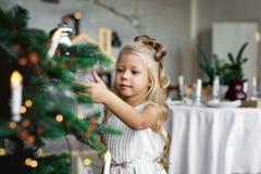 Jultabell: kniv och gaffel, servett och julgranfilial på en trätabell Dekor för ` s för nytt år av den festliga tabellen Arkivbild