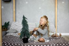 Jultabell: kniv och gaffel, servett och julgranfilial på en trätabell Dekor för ` s för nytt år av den festliga tabellen Royaltyfri Bild