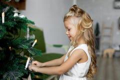 Jultabell: kniv och gaffel, servett och julgranfilial på en trätabell Dekor för ` s för nytt år av den festliga tabellen Fotografering för Bildbyråer