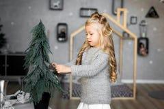 Jultabell: kniv och gaffel, servett och julgranfilial på en trätabell Dekor för ` s för nytt år av den festliga tabellen Arkivbilder