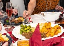 Jultabell med festlig mat arkivbild