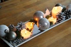 Jultabellgarnering för advent- och slags tvåsittssoffaafrernoons royaltyfri fotografi