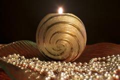 Jultabellgarnering med en brinnande stearinljus i den glass bunken Royaltyfri Foto