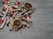 Jultabellgarnering med lilla santas Fotografering för Bildbyråer