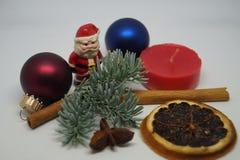Jultabellgarnering med lite jultomten Arkivfoto