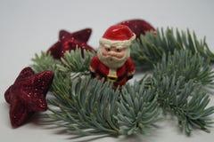 Jultabellgarnering med lite jultomten arkivfoton