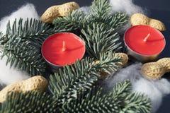 Jultabellgarnering med stearinljuset och gran Arkivfoton