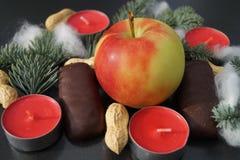 Jultabellgarnering med stearinljuset och gran Arkivbilder