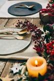 Jultabellinställning, guld- bestick och krans av nandinas Fotografering för Bildbyråer