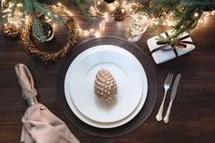Jultabellinställning med bestick, girlanden och den mörka dekoren Top beskådar Xmas-parti magisk natt royaltyfria foton