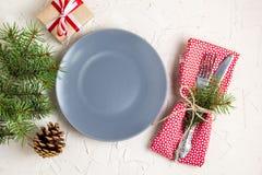 Jultabellinställning med den gråa plattan för gåva på den vita tabellen Bästa sikt för Xmas-begrepp arkivfoton